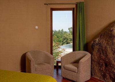 Quinta do Penedo, de slaapkamer met uitzicht op ecologisch zwembad