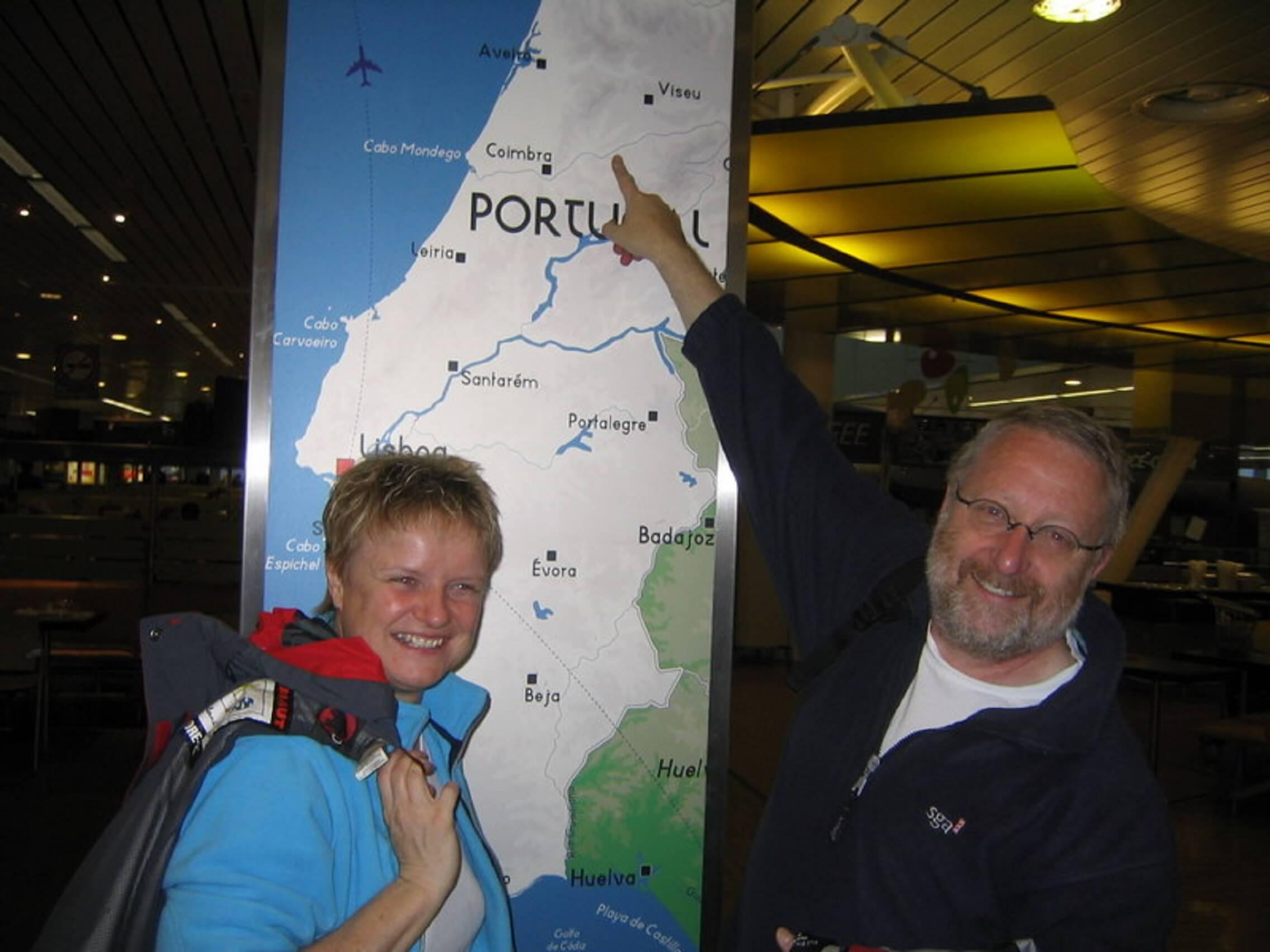 Karin Immerzeel e Jan van Loon com mapa de Portugal