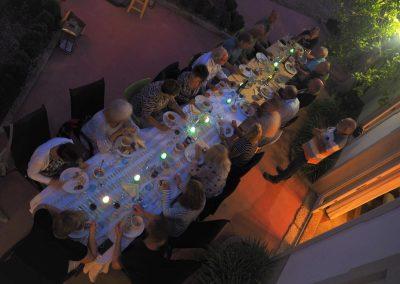Lange tafel voor ontvangst van groepen